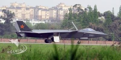 没有了减速板的中国歼20,是如何给战机减速的?