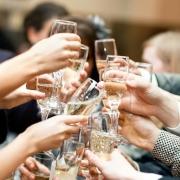 如果一个人敬酒的时候一圈人都敬过,唯独不敬你,你会怎么办?