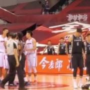 广东VS辽篮,韩德君被苏伟甩飞在地,为什么只有梅奥一人为他挺身而出?