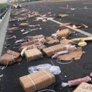 江苏货车翻侧遭附近村民哄抢,10吨冻猪肉仅剩3吨,如何评价?