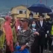 吴亦凡灾区演出,保安居然推搡抗洪救灾的解放军战士,你怎么看?