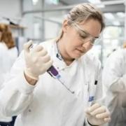 俄罗斯的新冠疫苗出来了,我们能使用吗?贵不贵啊?