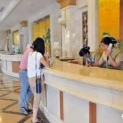 在外住宾馆,给了一间客房的钱,住客有权利多住几个人进去吗?为什么?
