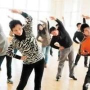 现在有的学校不学不做广播体操,而是跳起曳步舞,鬼步舞等,这有利于学生教育吗?