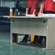 江苏昆山某电子厂管理员把工作证扔地上,为什么员工还要捡起来?