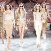 为什么很多女模特是平胸的?