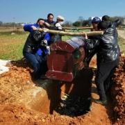 """农村土葬时,棺材埋在地下,为什么还要堆""""小土堆""""?有何说法?"""