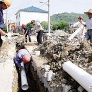 在农村宅基地上建房,在墙脚外安装下水道水管邻居有权干涉吗?
