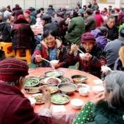 农村办喜事时,客人随礼200元全家都去吃,为何主家还很高兴?