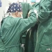 如何看待媒体报道「山西医院院长跪地手术」意外翻车,被指出该院长行为违反了手术无菌操作要求?