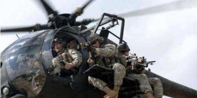 为啥美国特种兵就敢坐在直升机两侧,起飞后不怕掉下来吗?