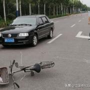 自行车把别人车撞了凹了一点,修车店要300,只能隔天拿车,但是车主说自己要回家吃酒让我结算路费正常吗?