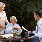 我现在70岁了,去和前妻生的儿子那里养老好?还是去现任妻子的女儿那里养老好?
