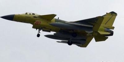 """歼10A战机挂载类似导弹的""""白色弹""""是什么?"""