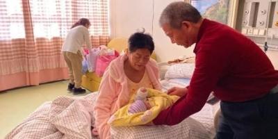 67岁高龄产妇生女,15年后参加孩子家长会,以妈妈身份去合适吗?
