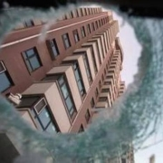 我家被盗:小偷扔东西造成楼下多人死伤,谁负责?为什么?