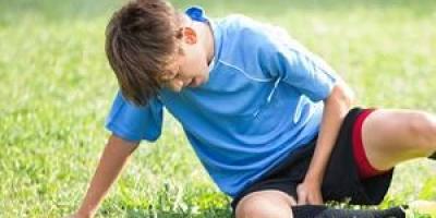 四岁多的小孩最近一到晚上睡觉就说膝盖痛,白天不痛,是生长痛吗?怎么办?