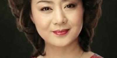 京剧表演艺术家李胜素的成长经历是什么?