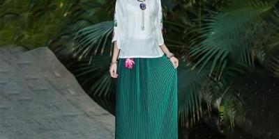 绿色百褶裙适合搭配什么上衣或外套?