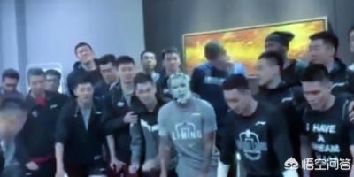 广州全队为外援摩尔过生日,后者被呼了一脸蛋糕,你怎么看?