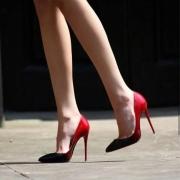 我发现现在的女孩子穿高跟鞋的越来越少,穿运动鞋的越来越多,这是为什么?