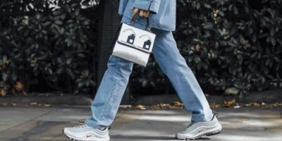 小白鞋、牛仔裤,上衣怎么搭配比较好?