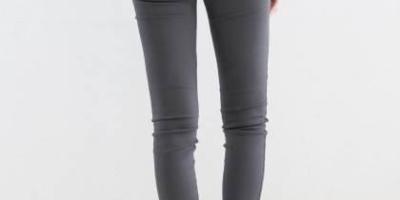 深灰色紧身打底裤怎么搭配上衣?
