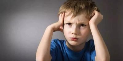 父母可以通过什么方式改变8岁女儿爱生气的习惯?