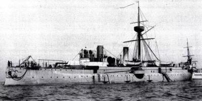 军舰进出港时,水兵为什么要站在甲板两侧?