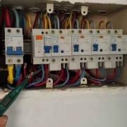 家用插座两个插孔都带电是怎么回事?