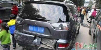 轿车在自己停车位被蹭,车位有物业管理费,物业查不到肇事车,物业有责任赔偿吗?