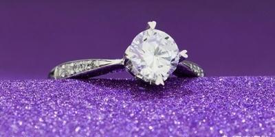 如何挑选结婚钻戒?哪个品牌比较靠谱些?