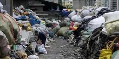 家里的废纸是该收集起来卖废品,还是送给小区捡垃圾老奶奶捡呢?
