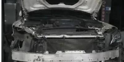 奔驰高速发生车祸,4S店主动拖车未维修要5万,车主拒绝第二天拆成空壳,你觉得4S店的行为过分吗、遇到这样的情况该怎么办?