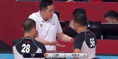 广东VS浙江,教练杜锋在场外喋喋不休,为何裁判能够同时吹罚两个技术犯规呢?