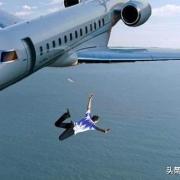 科学分析:如果没有降落伞,从飞机跳下,坠入海中会怎样?
