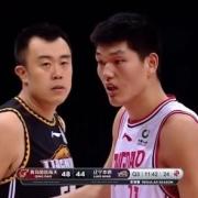 刘传兴被韩德君肘击痛苦倒在地上,为什么裁判吹罚刘传兴假摔?