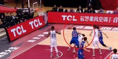同曦对阵新疆,1分32秒新疆有压人举动,裁判为何没吹?