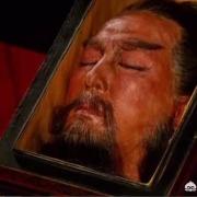 《三国演义》里,死了的关羽突然睁开眼睛,曹操砍的树流血,是不是迷信?