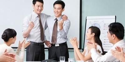 公司里有位领导经常照顾我,如今他受到排挤可能被辞退,我该出头替他说话吗?怎么办?