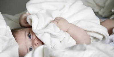 婴儿哭闹的时候该哄他停止哭闹还是要让他继续哭,锻炼他不哭呢?
