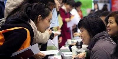孩子马上大专毕业了,是参加学校招聘还是自己找工作好些?
