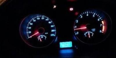 车子每天第一次启动怠速1000,过30秒左右正常?怎么回事?