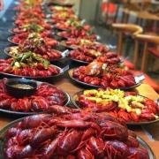 养殖小龙虾的农民说一定要吃头上的黄很香,而有些人说很脏不能吃,到底能不能吃呢?