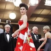 你认为走红毯最奇葩的服装是哪个明星?