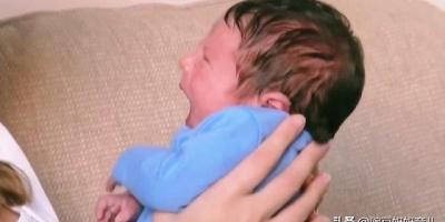 为什么婴儿会对着没有人的地方笑?