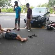 开车撞到无证驾驶的摩托车,责任如何划分?