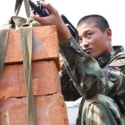 看到有些部队将砖头吊在枪口上练习据枪,这样会损伤枪管、影响射击精度吗?