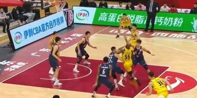 关键时刻琼斯遭遇打头和打手,王晗不满,为何裁判不吹?