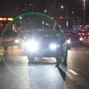 别人逆道行驶还开远光灯,我一脚油门故意撞他,算谁的责任?